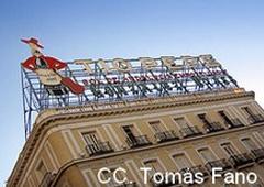 Una valla publicitaria encima de un edificio anunciado bebida de 'Tío Pepe'
